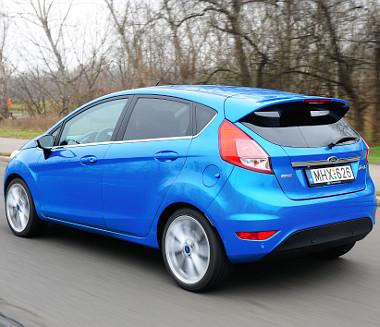 Azonos motorváltozat és felszereltség esetén a Fiesta három- és ötajtós változata között 80 ezer forint az árkülönbség