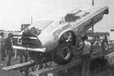 Ez már egy profi versenykocsi, a hátsó részén a bontott ejtőernyő