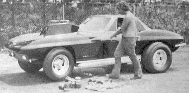 Ez egy amatőrfutamra előkészített Chevrolet R/T modell 475 LE. A motorháztetőn levő kiemelkedés a karburátor szívótorka 8 henger számára