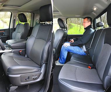 Magasan trónolunk, a kényelmes bőrfotelekből jól rálátni a forgalomra. Hátul nem túl tágas a Crew Cab lábtere, a támla dőlésszöge meredek