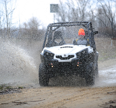 Alapból semmi sem védi a vezetőt a felcsapódó víz vagy sár ellen. Fotó: Hilbert Péter