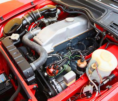 Nagy munka volt, de végül csak belerakták az 1,9 literes motort a GT lapos orrába