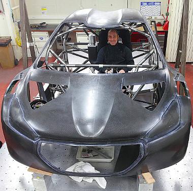 Attila már sokat sejtetően vigyorog a 208 T16 Pikes Peak készülő testében. Büszke lehet rá!