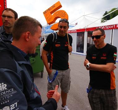 Magyar szurkolók beszélgetnek Wéber Gáborral a B3R boxa előtt