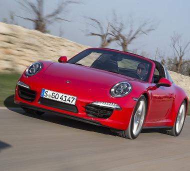 """A """"négykerekes"""" 911 Coupénál 3,8 millióval drágább, de a Cabrioletnél 305 ezer forinttal olcsóbb a félig nyitott Targa"""