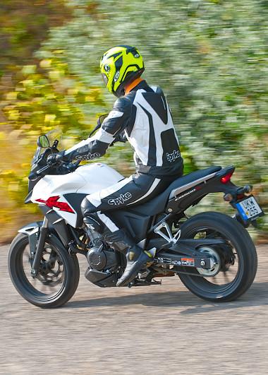 """Egyre nagyobb az igény a """"sokoldalú"""" motorokra. Erre válaszol a Honda a CB500X-szel"""