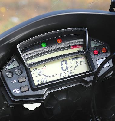 A fordulatszámmérő nehezen olvasható le, a tesztprogram során 6,2 litert fogyasztott a Crosstourer. Fotó: Hilbert Péter