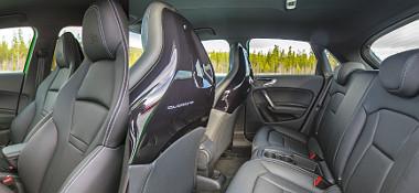 A határozottabb formázású, fejtámlás sportülések felárasak. Csak az ajtók számában különbözik az S1 Sportback, hátul ebben is szűkös a térkínálat