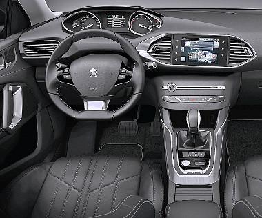 Első osztályú minőség fogadja a Peugeot vezetőjét, de a kisméretű volánt és a magasan elhelyezett műszereket itt is szokni kell