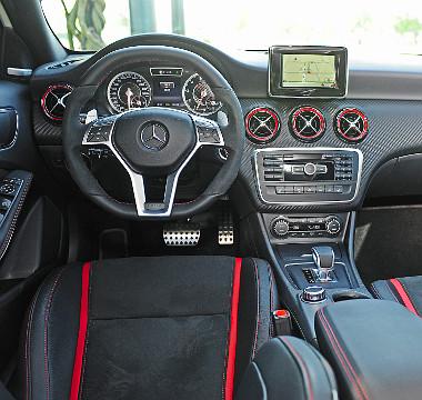 Az alcantara betétes volán és a joystickszerű előválasztó kar is az AMG-verzió kiváltsága. Fotó: Hilbert Péter