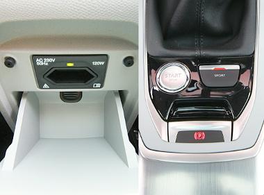 Konnektor a második sorban ülőknek, SPORT gombbal kapcsolható a dinamikus üzemmód
