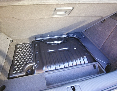 Csupa hasznos holmi - benzintank, akku - tölti meg a csomagtérpadló alatti teret, ide semmit nem lehet pakolni