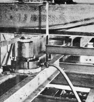A kísérleti vázra ható terhelést az acélgerendákból készített himbarendszerek közvetítésével ilyen hidraulikus működtetésű nyomóhengerek segítségével produkálták