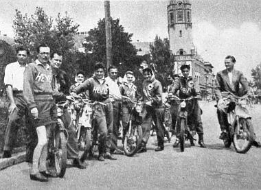 Tanárok, szakértők vezették az első magyarországi női moped-túrát