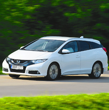 Kifejezetten szép formájú a Civic Tourer, amely rendelhető még az 1,6-os dízellel (120 LE) is. A takarékos gázolajos 6,51 milliótól kapható