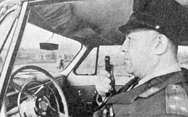 A Közlekedésrendészet járőrkocsija állandó rádió-összeköttetésben áll a központtal és a többi járőrautóval