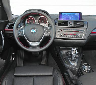A BMW-sen funkcionális vezetőhelyet már ismerjük. Minden a helyén van, egyértelmű a kezelés. Fotó: Hilbert Péter