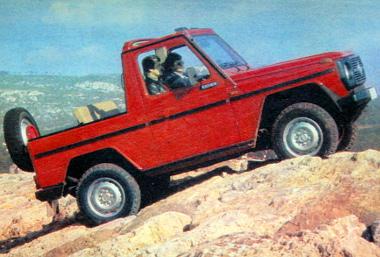 A Steyr-Puch a sziklán. A kocsi igen nehéz akadályokat képes leküzdeni
