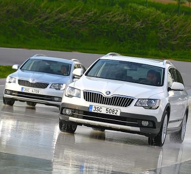 Csúszós útfelületen is biztonságot nyújt az összkerékhajtás. Alsó képünkön összehasonlítható a normál és az Outdoor csomaggal felszerelt Superb