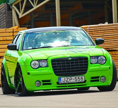 A zöld szín vidám, az autó megjelenése mégis szigorú. Ennyit tesz az ültetés, no meg a fekete részletek