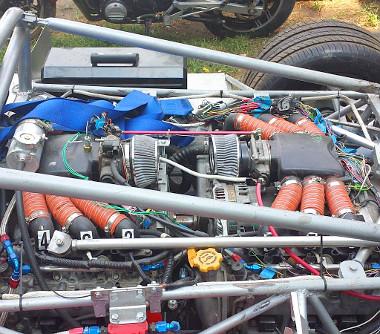Két Subaru hathengeres bokszermotorból áll össze a 12 hengeres erőforrás