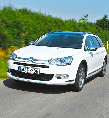 Lágy ringatózás helyett stabilan fogja az utat a nagy Citroën – a peres gumik miatt néha bizony ráz is