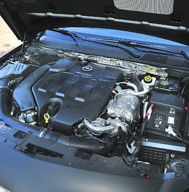 Turbómotorhoz képest egyenletesen épül fel a V6-os teljesítménye, és csak felül húz izomból. A hangja is lehetne hörgősebb