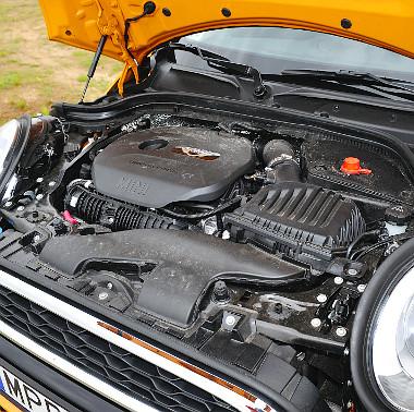 A motor négyhengeres mivolta ellenére remek hangélményt nyújt