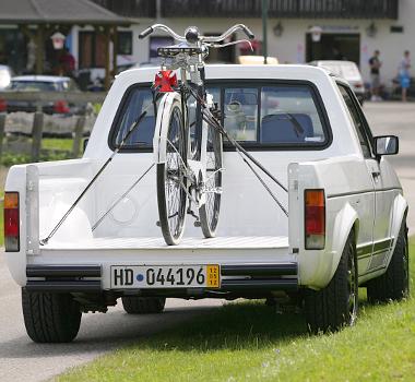 Nagyon vagány az öreg VW pick-up. A retró bringa jó geg