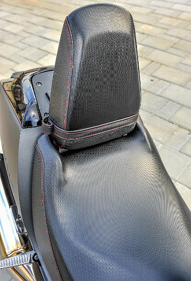 A hátsó ülés felhajtva támlaként funkcionálhat