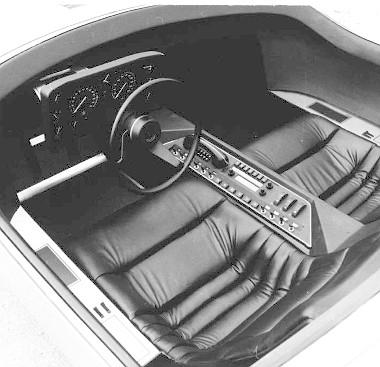 A buboréktetős vezetőfülke nyugágyszerű üléseket, a repüléstől kölcsönzött műszerezést, a vezető jobb kezéhez tálalt kapcsolósort, amely már nem is tűnik olyan bonyolultnak, ha leszámítjuk a telefonhívó 10, az automata váltó 6, és a rádiókészülék 7 buille