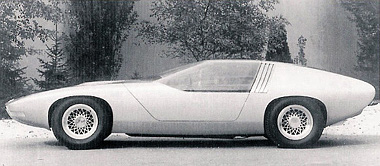 Amilyen nagyra tervezték a sebességet – jóval 200 km/óra felett -, olyan alacsonyra a kocsit. Ugyanis a magasság csupán 111 cm, a teljes hossz 457 cm, a szélesség pedig 183 cm. A tengelytáv 254, a nyomtáv elöl-hátul 151 cm