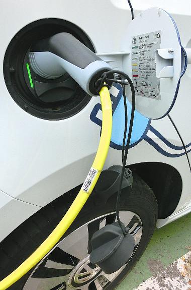 Zöld fény jelzi, ha az akkumulátor teljesen feltöltődött