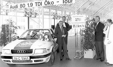 Gerhard Plattner és a 80-as 1.9 TDI a világkörüli út befutóján Ingolstadtban, 1992-ben. Több mint 40 ezer kilométeres volt a túra