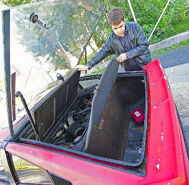 Oldalfal, illetve csomagtér nehezíti a motorhoz való hozzáférést