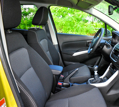 Jól formázottak és hosszú távon is komfortosak az SX4 S-Cross első ülései. A vállszélesség kifejezetten szellős