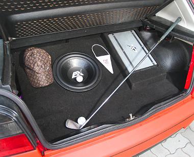 Egyszerű és tiszta hifibeépítés a csomagtartóban. Golfhoz golfütő...