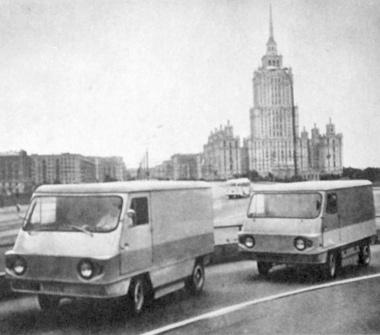 A városi áruszállítás korszerű megoldására tervezett, zaj és füst nélkül 60 km/óra sebességgel gördülő, 0,5 tonna hasznos terhelésű elektromobilok bemutató útja Moszkvában. Ezek a szovjet kísérleti villanyautók egy feltöltéssel 80 kilométert tehetnek meg