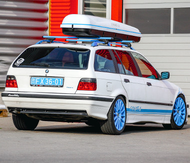 Kifejezetten feltűnőnek készült a kombi BMW. Ritka a kék-fehér összeállítás