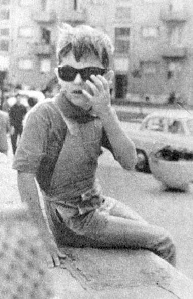 A kis ördög, akit – bár nem Belzebubnak, hanem Sanyinak hívnak – autós, motoros és családi körben csakis Belzinek szólítanak