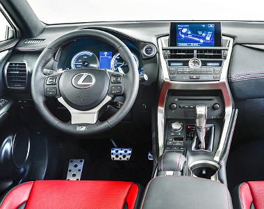 A műszerfal mozgalmas, a belső kidolgozás és minőségérzet a Lexustól megszokott magas nívót képviseli
