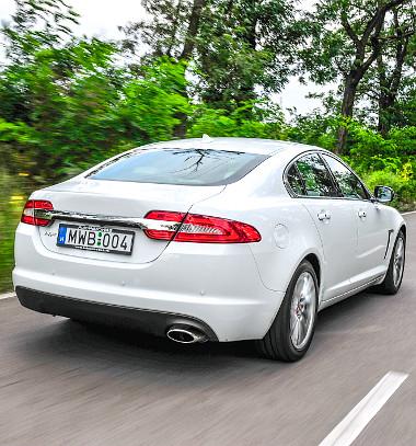 Remek vezethetőség jellemzi az XF-et. A dízelhez nincs összkerékhajtás, az a 3,0 literes benzines privilégiuma