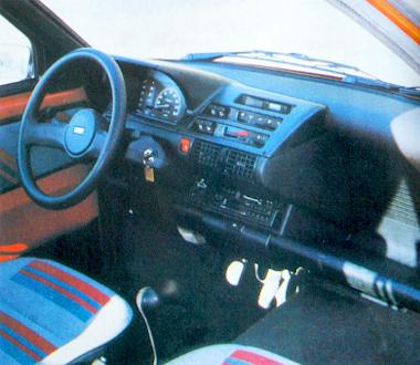 A Cinquecento nem kapott zárható kesztyűtartót, és mintha egy kategóriával nagyobb autó műszerfalát látnánk