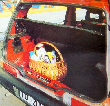 Komolyabb bevásárlásoknál csak a hátsó ülés lehajtásával megnövelt csomagtartóban férnek el a csomagok