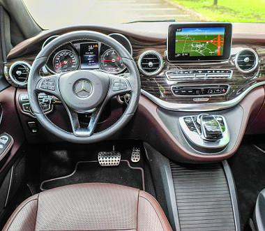 A Mercedes-Benz luxusautóit idézi az ízléses műszerfal. Fotó: Hilbert Péter