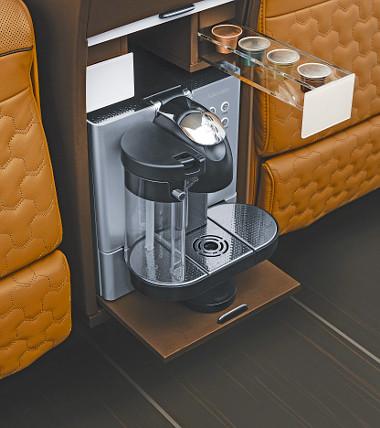 A fotelek között pohár- és pezsgőhűtő, valamint kávéfőző is van