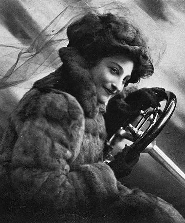 Dorothy Levitt 1909-ben írt a hátralátást megkönnyítő kézi tükörről