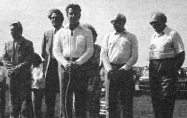 Sós Gyula, a Bakony Művek vezérigazgatója köszönti a résztvevőket, a jubileumi találkozóra érkezett szovjet vendégeket. Pontosan tíz évvel ezelőtt kezdődött meg a gépkocsigyártás Togliattiban, s ezzel egy időben az alkatrészgyártás Veszprémben