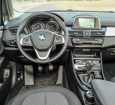 Ha letakarnánk a jelvényt, akkor is egyértelmű, hogy ez a belső csak egy BMW-é lehet. Az összes Active Tourerben elektromos a rögzítőfék. Fotó: Hilbert Péter