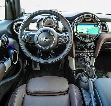 Számos részletben tetten érhető a BMW-rokonság. Fotó: Hilbert Péter